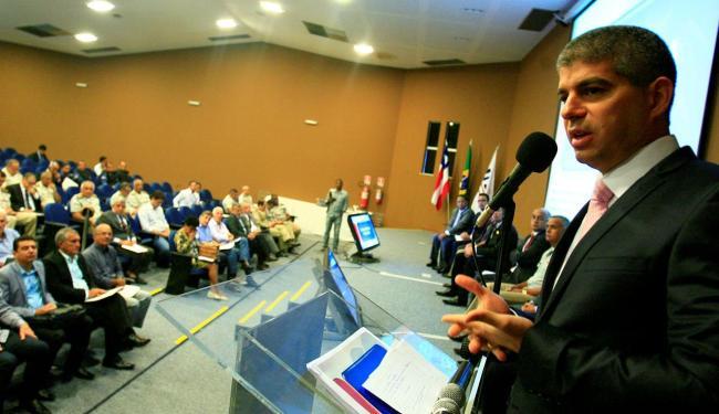 Secretário Maurício Barbosa falou para cerca de 40 prefeitos durante encontro - Foto: Joá Souza   Ag. A TARDE