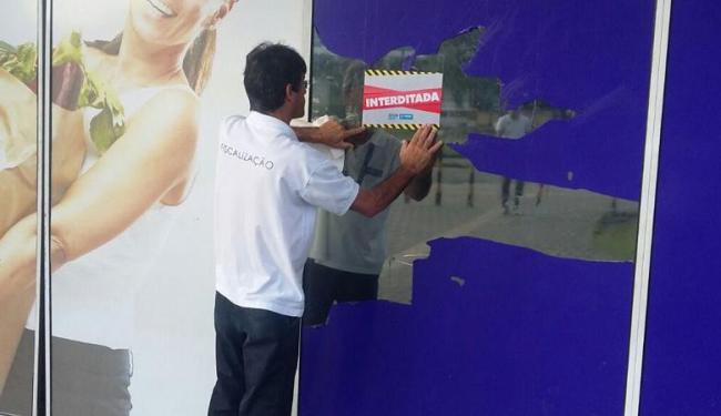 Agentes da Sucom interditaram os dois supermercados na manhã desta quarta-feira - Foto: Divulgação   Sucom