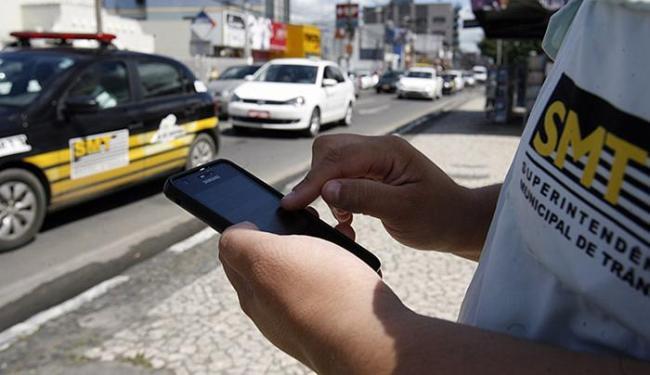 Confundido com celular, aparelho também garante acesso a bancos de dados estadual e federal - Foto: Luiz Tito l Ag. A TARDE