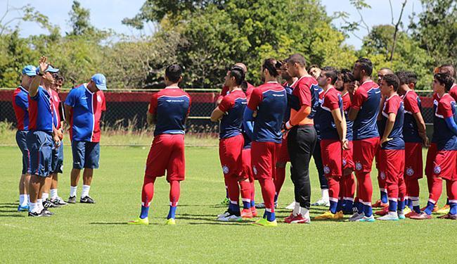 Soares orienta jogadores em último treino antes do jogo - Foto: Felipe Oliveira l E.C. Bahia