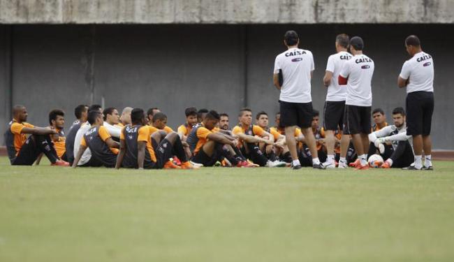 Antes do treino, Mancini reuniu os jogadores no centro do campo para passar informações - Foto: Joá Souza | Ag. A TARDE