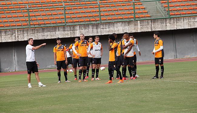 Mancini orienta atletas em treino em Pituaçu - Foto: Margarida Neide | Ag. A TARDE