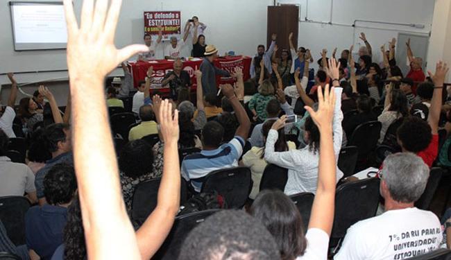 Professores durante assembleia desta quinta-feira - Foto: Aduneb   Divulgação