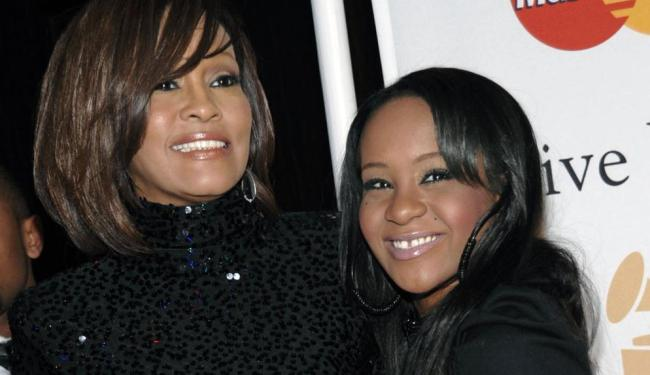 Bobbi ao lado da mãe Whitney Houston - Foto: Dan Steinberg | AP Photo | 12.02.2011