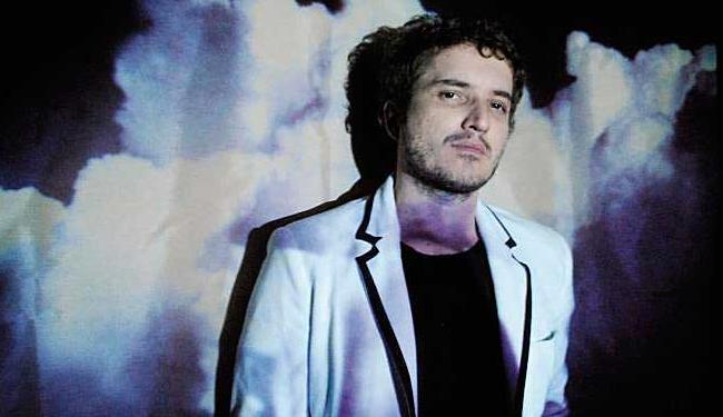 Zé Pi conta com a participação de Tulipa Ruiz em uma das faixas do álbum