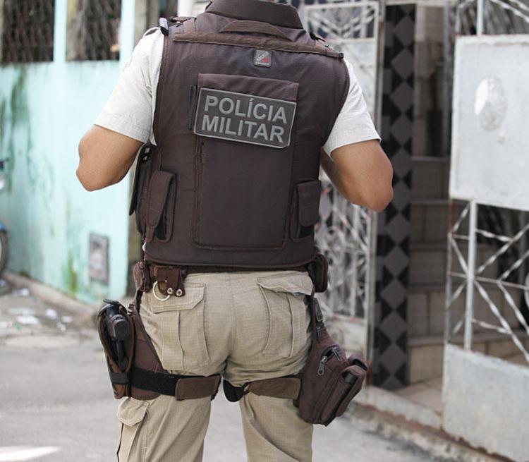 Bandidos queriam roubar o carro do PM, mas acabaram fugindo com a arma - Foto: Edilson Lima | Ag. A TARDE