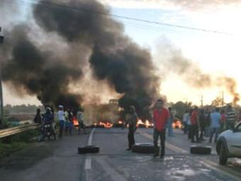 Manifestantes usam objetos queimados para bloquear a pista - Foto: Reprodução | Site Voz da Bahia