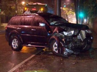Carro de empresário se chocou contra poste antes de atropelar operário - Foto: Reprodução | TV Globo