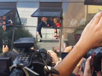 Lula joga rosas para militantes petistas da janela do Instituto - Foto: Daniel Mello | Agência Brasil