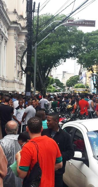 Pessoas se aglomeram na porta para aproveitar os descontos - Foto: Teófilo Henrique | Ag. A TARDE