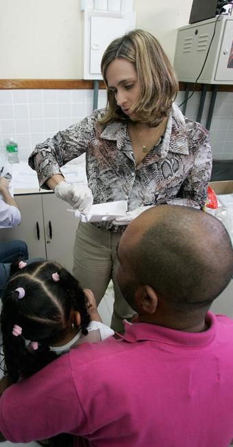 Defensora pública Donila Fonseca atende pai e filha - Foto: Luciano da Matta l Ag. A TARDE
