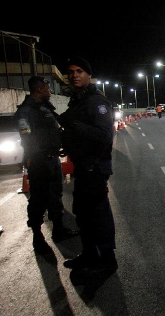 Guardas municipais (E) dão apoio em blitz da Transalvador na Boca do Rio - Foto: Adilton Venegeroles l Ag. A TARDE l 18.09.2014