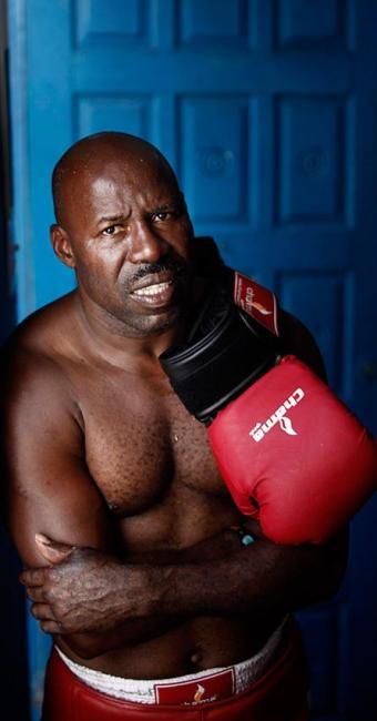 Queimaduras e falta de recurso não param boxeador, que na terça volta a encarar seu maior rival - Foto: Raul Spinassé | Ag. A TARDE