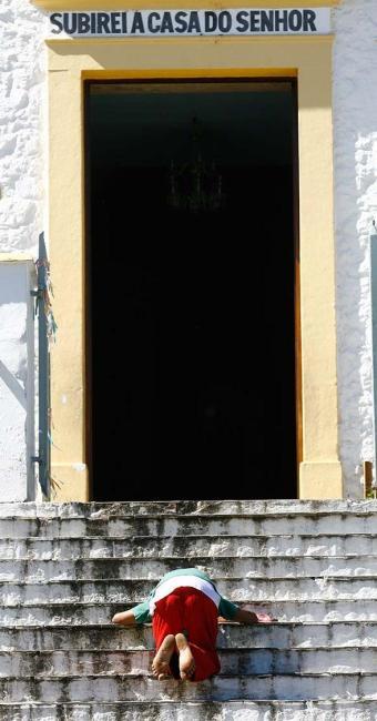 Leonício Santos faz questão de entrar na igreja de joelhos - Foto: Marco Aurélio Martins | Ag. A TARDE