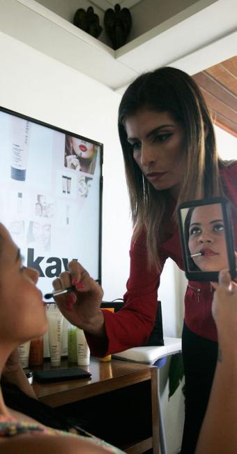 Jeane aumentou em 20% a renda familiar com a venda de produtos de beleza - Foto: Fernando Amorim | Ag. A TARDE
