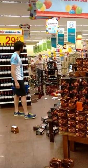 Mulher se revolta com preços e joga garrafas no chão - Foto: Reprodução   Youtube