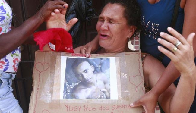 A mãe de Yugy, dona Rosa Santos dos Reis, 50 anos, está inconformada com a morte do filho - Foto: Edilson Lima | Ag. A TARDE