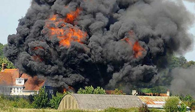 Nuvem de fumaça foi vista após queda de avião - Foto: Reprodução   The Guardian