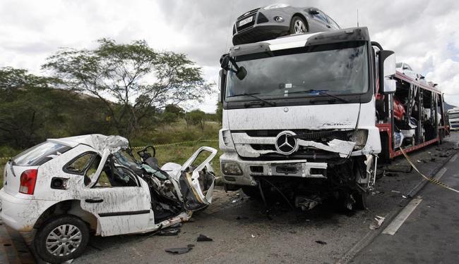 Carro ficou completamente destruído na colisão - Foto: Luiz Tito | Ag. A TARDE