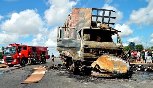 Carro da vítima colidiu com caminhão de mudança e pegou foto - Foto: Ed Santos   Site Acorda Cidade
