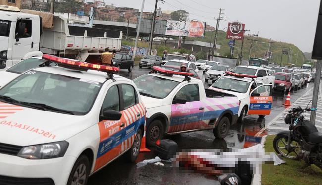 Acidente aconteceu na subida do viaduto e corpo ainda está no local - Foto: Joá Souza   Ag. A TARDE