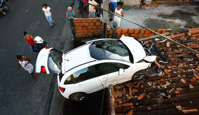 Veículo ficou pendurado e ocupantes precisaram sair pelo porta-mala - Foto: Margarida Neide | Ag. A TARDE