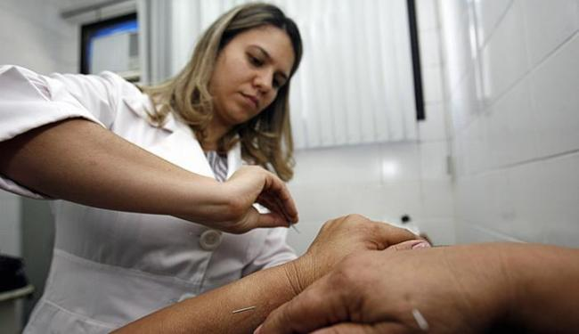 Arabi Xinguara, aplica tratamento oriental numa paciente - Foto: Luiz Tito l Ag. A TARDE