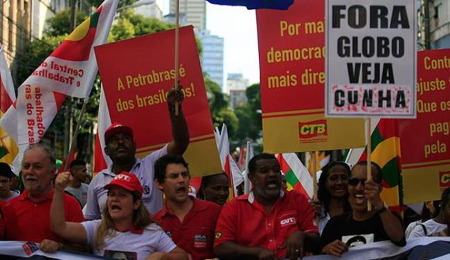 Manifestações a favor da democracia e da presidente Dilma foram feitas em 25 estados e no DF - Foto: Lúcio Távora   Ag. A TARDE