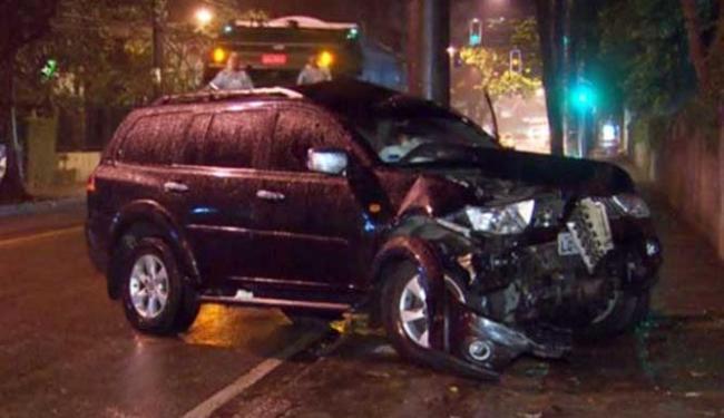 Carro de empresário se chocou contra poste antes de atropelar operário - Foto: Reprodução   TV Globo