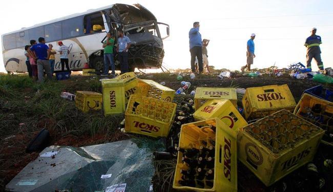 Acidente envolveu um caminhão de bebidas, um ônibus e uma caminhonete da polícia - Foto: Lúcio Távora | Ag. A TARDE