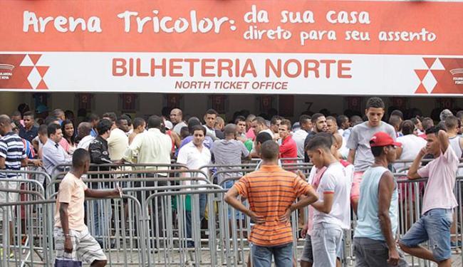 Tricolores fazem fila na Fonte. Mais de 7 mil ingressos já foram vendidos - Foto: Fernando Amorim   Ag. A TARDE