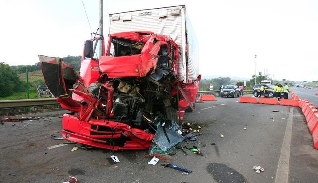 O veículo ficou destruído após a colisão - Foto: Mila Cordeiro   Ag. ATARDE