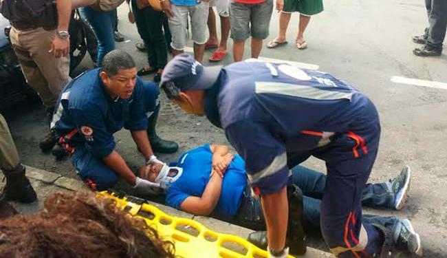 Baleada no pescoço, mulher foi atendida por socorristas do Samu - Foto: Arivaldo Silva | Cidadão Repórter | Ag. A TARDE