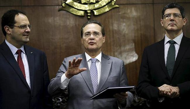 Barbosa e Levy entregaram a Renan (C) a proposta de orçamento - Foto: Ueslei Marcelino l Ag. Reuters