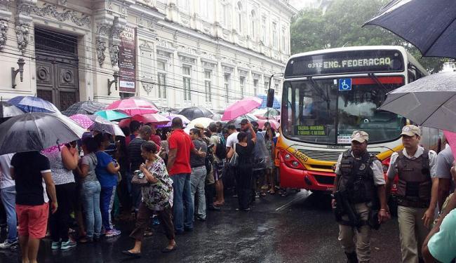 Mais de mil pessoas foram até o bazar para adquirir produtos com desconto - Foto: Teófilo Henrique | Ag. A TARDE