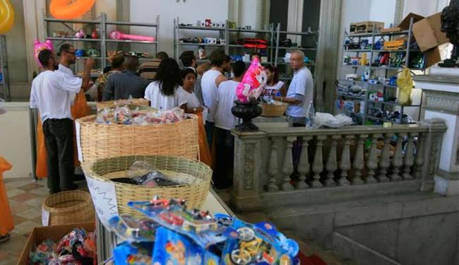 Mesmo com prateleiras mais vazias, bazar ainda atrai público - Foto: Edilson Lima | Ag. A TARDE