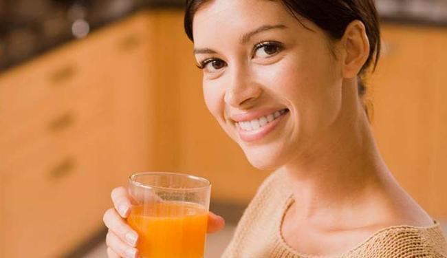 Muitos dizem que não faz bem beber durante as refeições - Foto: Reprodução | Youtube