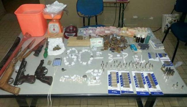Na casa foram encontrados maconha, crack, duas balanças de pesagem precisa, armas e munição - Foto: Divulgação | 80ª CIPM