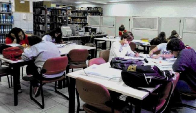 Alunos na biblioteca do Oficina: domínio da leitura ajuda a entender comandos verbais das prova - Foto: Divulgação