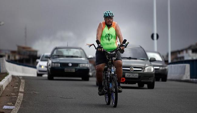 Na Paralela, Jorge Guerreiro, 49, é autônomo e utiliza a bicicleta como meio de transporte - Foto: Raul Spinassé l Ag. A TARDE