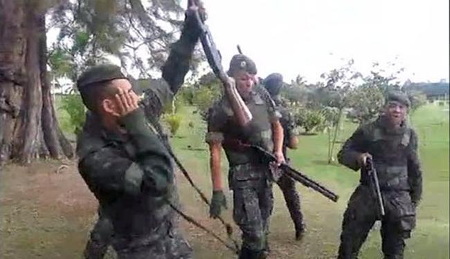 Os militares dançam ao som da música