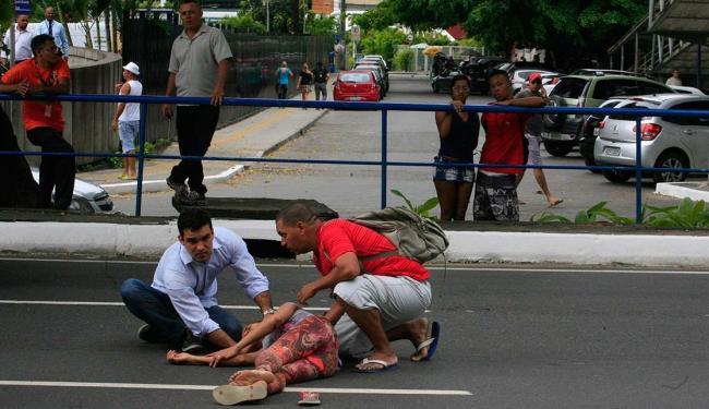 Médico que passava pelo local prestou os primeiros atendimentos - Foto: Lúcio Távora | Ag. A TARDE