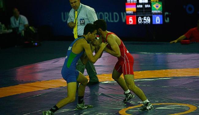 Calebe Correa, de azul, perdeu na categoria até 60kg - Foto: Marco Aurélio Martins | Ag. A TARDE