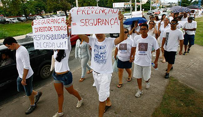 Com cartazes e vestidos com roupas brancas, eles caminharam e pediram justiça, paz e segurança - Foto: Marco Aurélio Martins   Ag. A TARDE