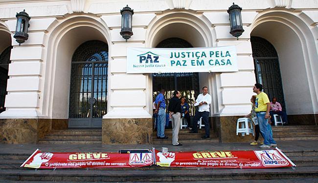 Grevistas puseram faixas na entrada do Fórum Ruy Barbosa, no Campo da Pólvora - Foto: Margarida Neide l Ag. A TARDE