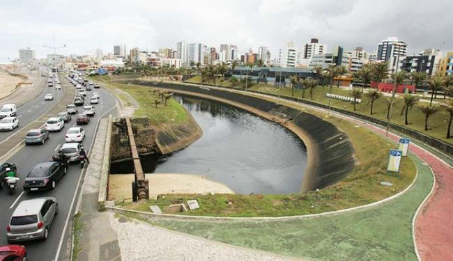 Canal percorre toda a avenida Magalhães Neto, até a orla - Foto: Luciano da Matta   Ag. A TARDE