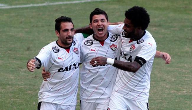 Jogadores comemoram com Escudero, autor do primeiro gol do Rubro-negro no Castelão - Foto: LC Moreira l Estadão Contéudo