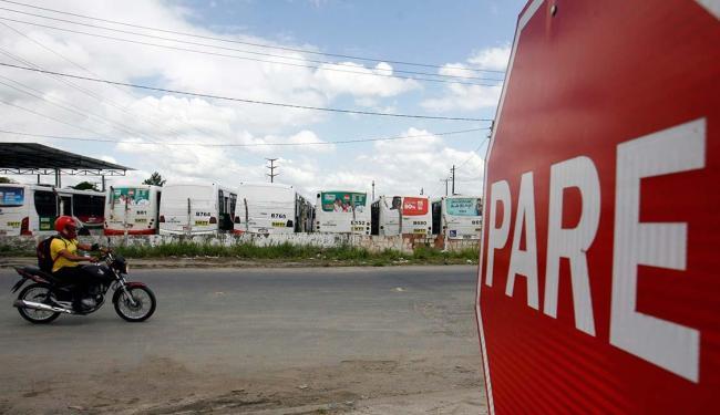 Retenção dos coletivos nas garagens resultou em privações aos usuários da frota - Foto: Luiz Tito | Ag. A TARDE