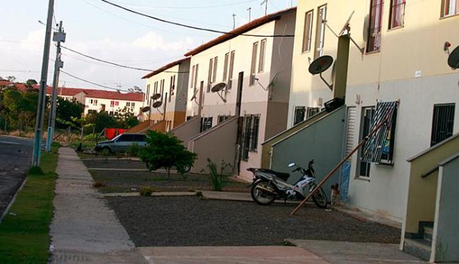Mulher foi morta no quarto do apartamento onde morava, no Condomínio Caminho do Mar 1 - Foto: Joá Souza | Ag. A TARDE