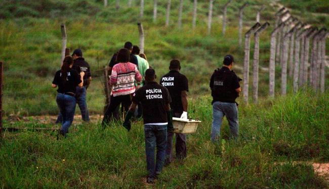 Técnicos do DPT retiram corpo de criança, localizado em terreno baldio em Itapuã - Foto: Lúcio Távora | Ag. A TARDE